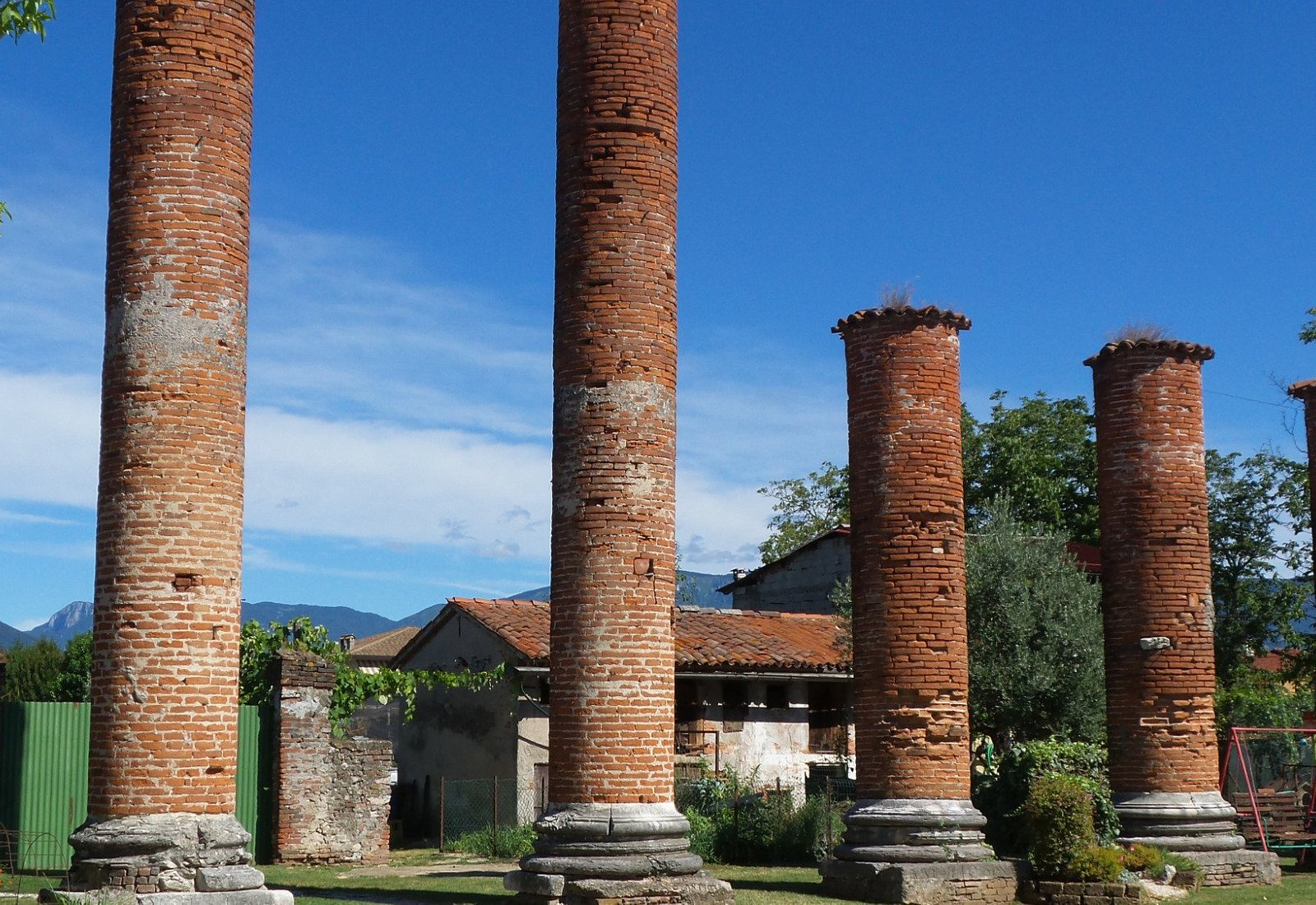 Colonnato a Nord ( probabile facciata della casa colonica)