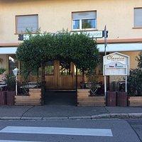 Das Restaurant von vorne und der Eingang.