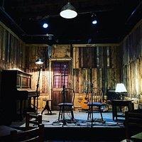 Nuevo escenario, todo de madera y con piano vertical