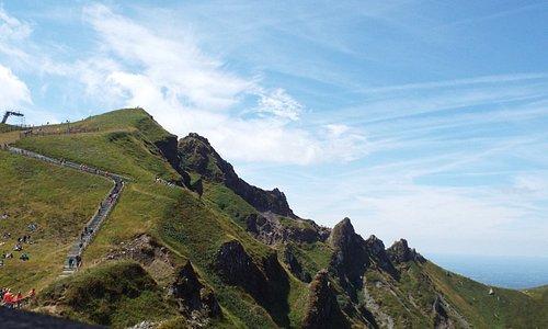 Photo 2 prise au meme endroit en juillet 2015 montrant le profil du chemin menant au sommet.