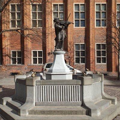 Памятник Скрипачу: общий вид