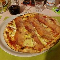 Pizza mit Rohschinken un Camenbert