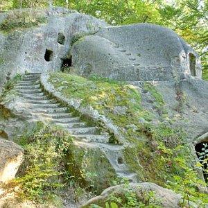 Монастырь на юг-вс окраине с.Розгирче