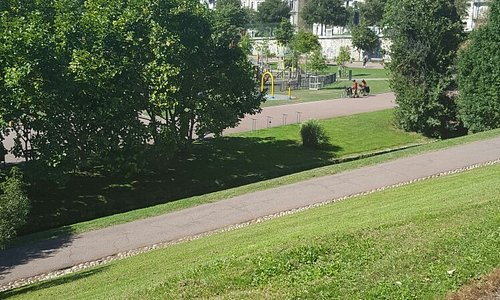 Fontaine et espace jeux pour enfants