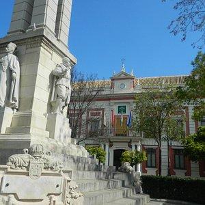 Fachada de la Casa de la Provincia detrás del monumento