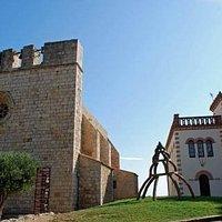 Iglesia de Sant Martí d'Empuries i casa modernista.