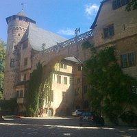 Der Prachtbogen am alten Burggebäude