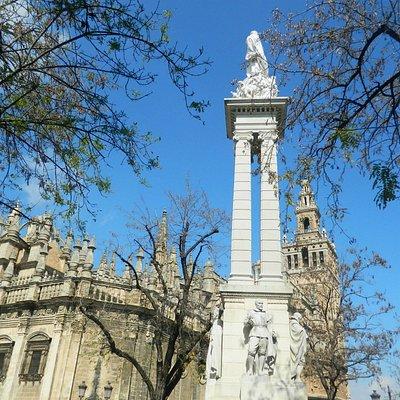 Monumento a la Inmaculada Concepcion y atrás la Catedral