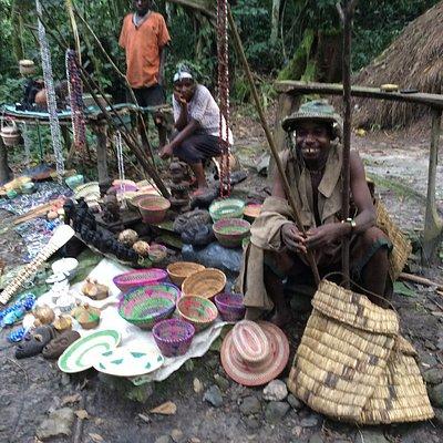 Artesanato feito pelos pigmeus, e vendido no local. Há bolsas, cestos, gorilas e máscaras entalh