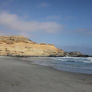 acantilado que rodea la playa