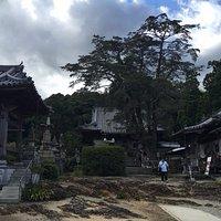岩盤に立つ常楽寺