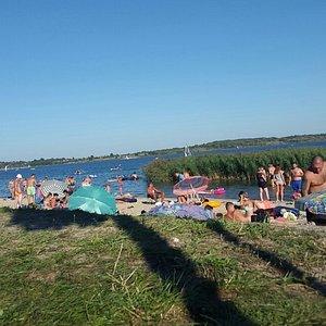 Jezioro podczas sezonu urlopowego