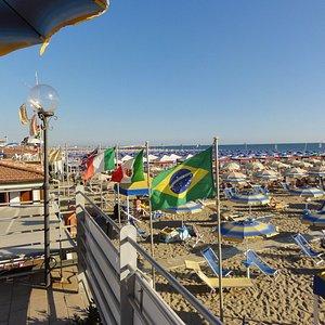 Bagno Argo: ombrelloni e bandiere visti dalla terrazza