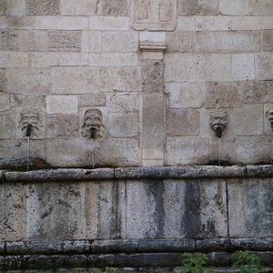 Tutte le bocche della fontana, ognuna era dedicata ad un certo tipo di persone