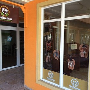 Pies Bonitos store in West Bay