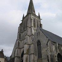 Готическая башня церкви со шпилем
