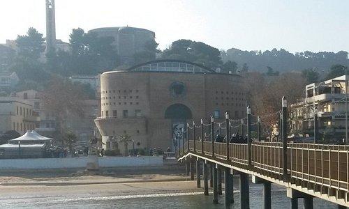La torre dal pontile con il paese alto