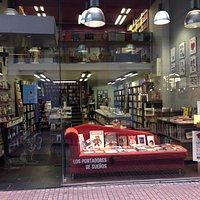 El escaparate de Los portadores de sueños, con la chaise longue roja que muestra nuestros libros