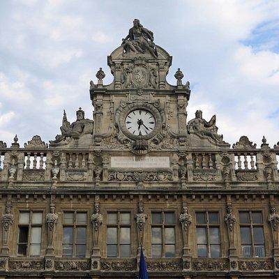 Отреставрированный фасад и воссозданный фронтон