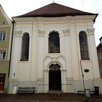 здание церкви совсем простенькое