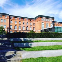 Der Schleswig-Holsteinische  Landtag mit verglasten Plenarsaal.