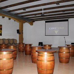Antigua sala de barricas rehabilitada como espacio dedicado al enoturismo
