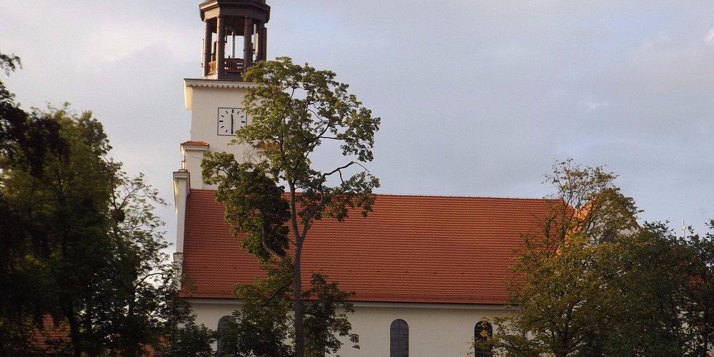 Zdjęcie przedstawia kościół  Podwyższenia Krzyża Świętego w Osiu