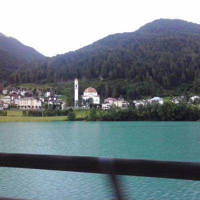 Vista della chiesa dal lago