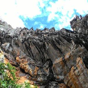 ...paredões rochosos...