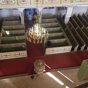 Eine Besonderheit dieser Kirche ist die zentrale Lage von Altar, Kanzel und Orgel übereinander,