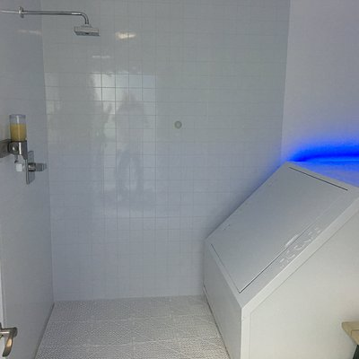Samadhi tanks in private rooms with individual showers