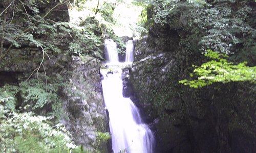 それほど落差は無いですが 気持ち良い滝が3連列なっています。