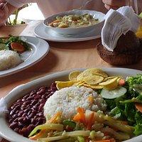 Reis mit Bohnen und Gemüse in Kokosnussmilch