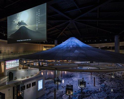 回廊から見たシンボルオブジェ「冨嶽360」