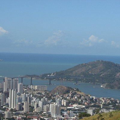 Vista de um dos mirantes do parque. Ao fundo a 3ª ponte e o Morro do Moreno