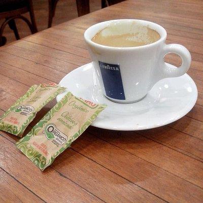 Um bom café servido no local.