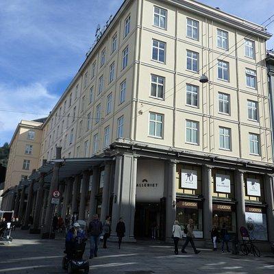 中央のメインストリート沿いの黄色の建物。