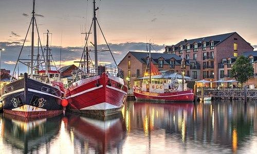 Hafenhotel Meereszeiten mit Schiffen