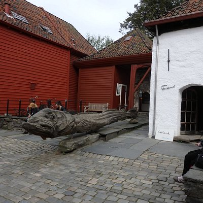 すぐ横に木彫りの魚(?)のような彫刻がある。