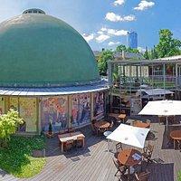 Rückseite des Planetariums fotografiert vom Sonnendeck des Restaurant Bauersfeld