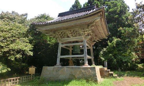 阿岸本誓寺 境内左手の鐘楼です