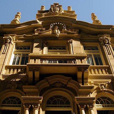 A fachada, recém restaurada, mostra detalhes do Palacete Centenário da Quintino Bocaiuva.