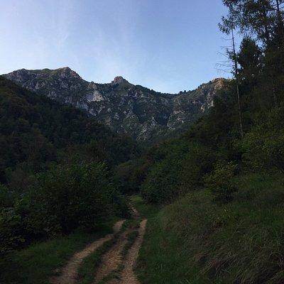 Vista sulle montagne dalla Via dell'Acqua