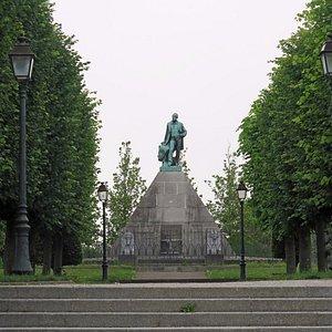 Памятник первому египтологу