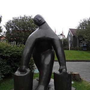 ツーリストインフォメーションの脇にある銅像。
