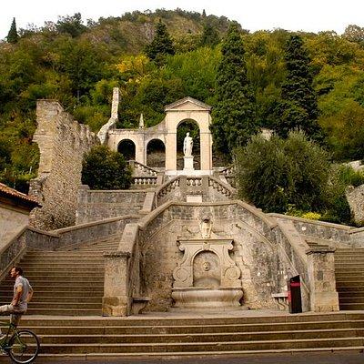 L'inizio della scalinata che porta alla Chiesa di S.Augusta