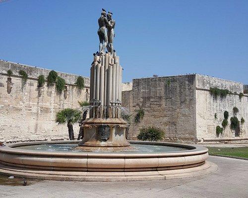La Fontana dell'Armonia. Sullo sfondo le mura del castello di Carlo V