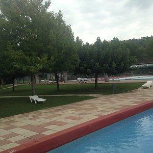 Piscina de niños y al fondo piscina 50m