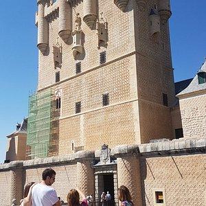 Lola dando datos y explicaciones delante del Alcázar de Segovia.