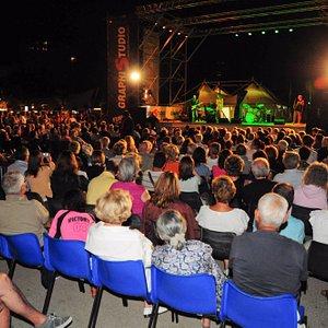 Piazza Marcello d'Olivo durante un concerto